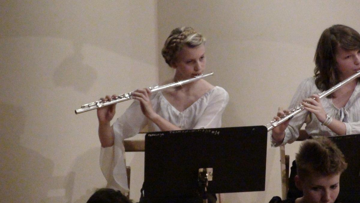 Klaudia Kulawik (z lewej) z orkiestrą na zakończenie roku szkolnego